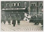 Der Führer schreitet nach seiner Ankunft in Reichenberg die Front der Ehrenkompagnie ab